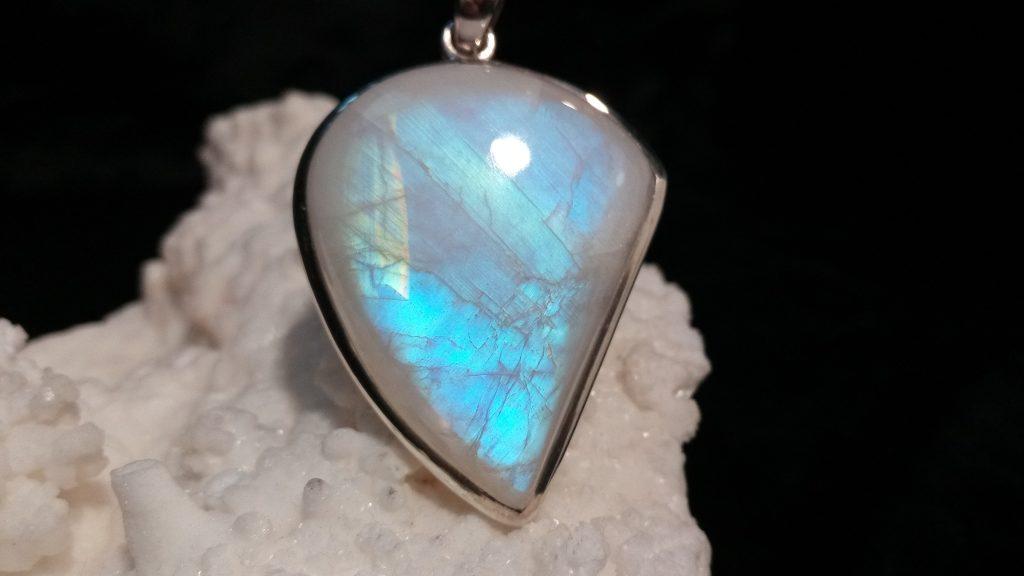 Mismo colgante de Piedra Luna con reflejos azules y Arco Iris en el lado izquierdo